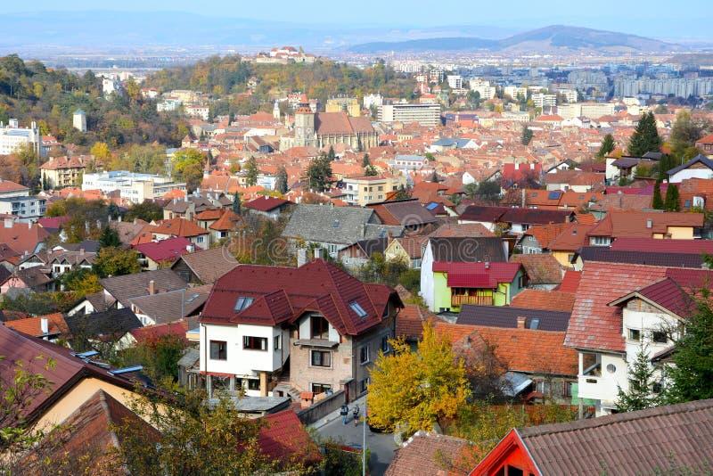 Старый городок и новый городок Городской ландшафт города Brasov, городка расположенный в Трансильванию, Румынию стоковое фото