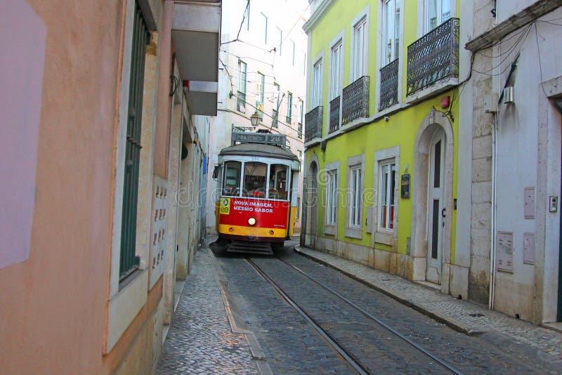 Старый городок alfama Лиссабона в Португалии, с историческим трамваем нет 28 стоковое изображение rf
