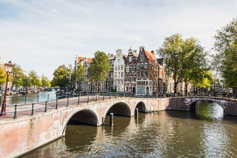 Старый город Амстердама, Нидерланды, очаровательная улица и каналы Популярное туристическое направление и туристическое привлекат стоковое изображение rf