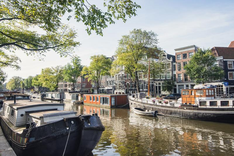 Старый город Амстердама, Нидерланды, очаровательная улица и каналы Популярное туристическое направление и туристическое привлекат стоковые изображения