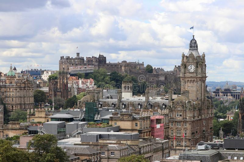 Старый город Эдинбурга с королевским замком стоковые фото