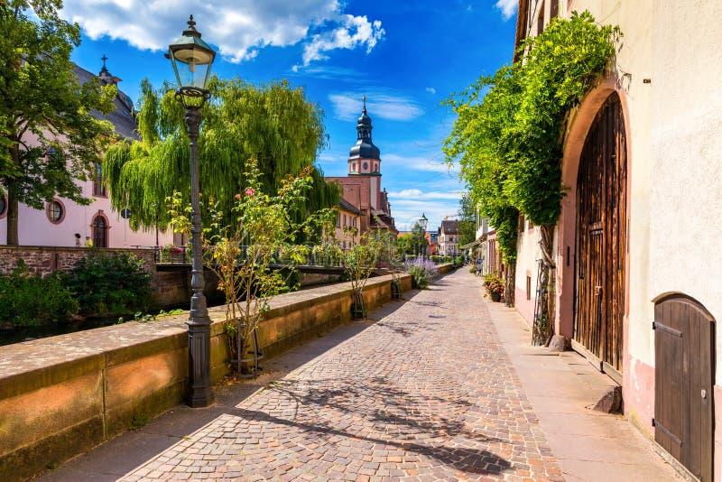 Старый город Эттлинген в Германии с рекой и церковью Вид на центральный район Эттлингена, Германия, с рекой и стоковая фотография rf