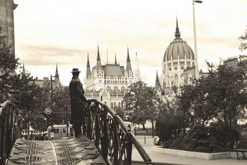 Старый город Budapes - статуя человека смотря венгерского парламента Будапешта стоковое изображение