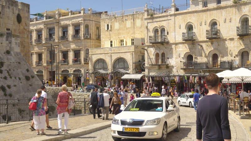 Старый город Иерусалима около строба Яффы, уличного рынка, людей идет в Иерусалим, Израиль стоковая фотография rf