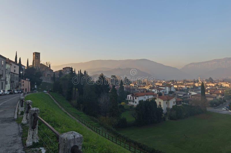 Старый городок и окружающие горы Bassano del Граппы стоковые изображения