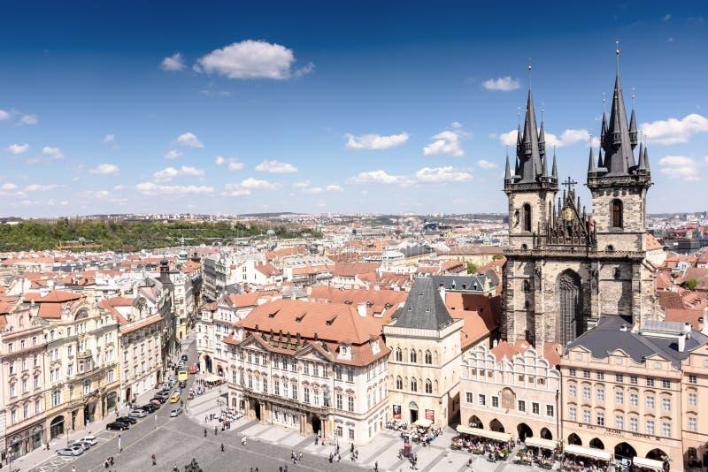 Старый городок Праги с красивыми домами с плитками и старым замком стоковые фотографии rf