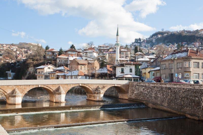 Старый город с мечетью и мост в Сараеве стоковые фото