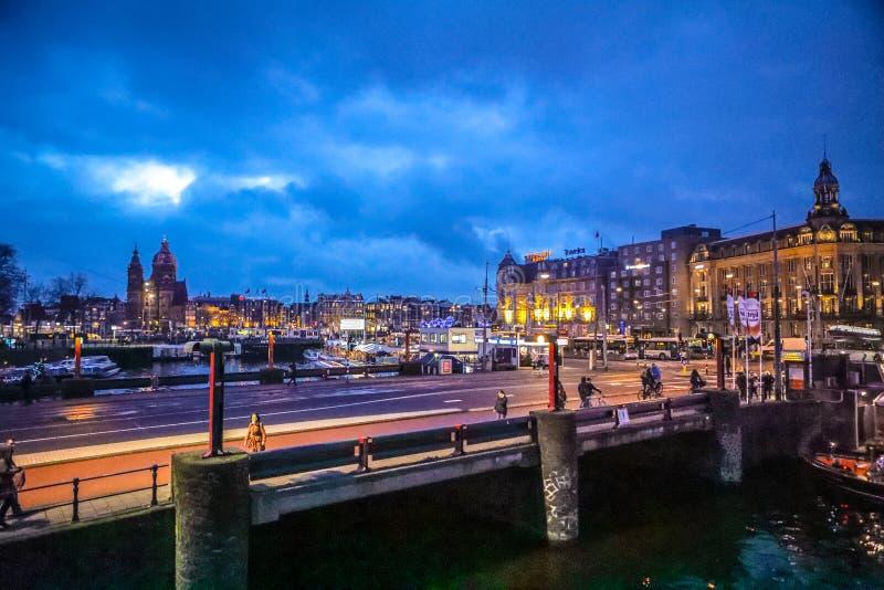 Старый голландский мост на nighttime против спешкы заволакивает стоковая фотография rf