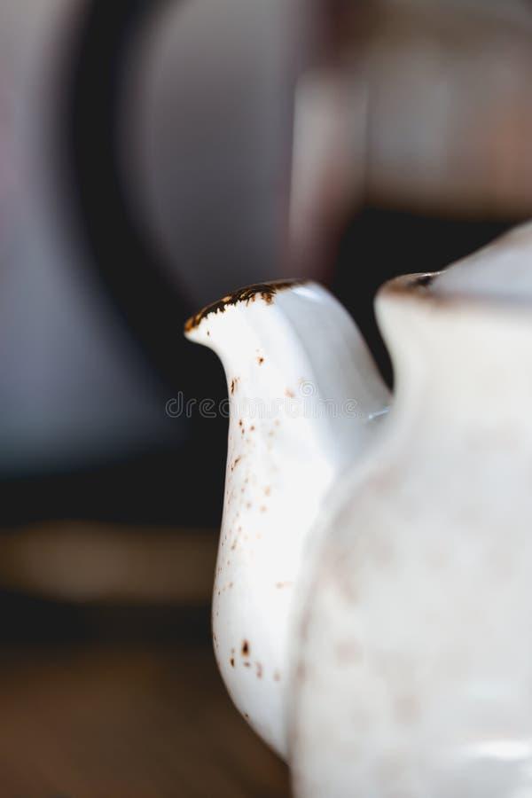 Старый год сбора винограда, затрапезный шикарный бак чая глины стиля стоковые изображения