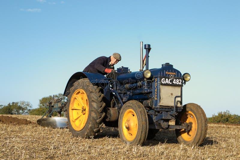 Старый голубой винтажный трактор fordson стоковое изображение