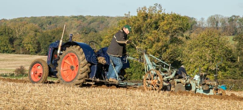 Старый голубой винтажный трактор fordson стоковая фотография rf