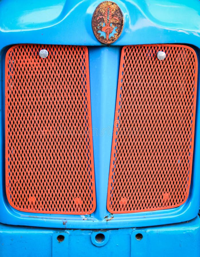 Старый гриль трактора Fordson в красном и голубом стоковое изображение rf