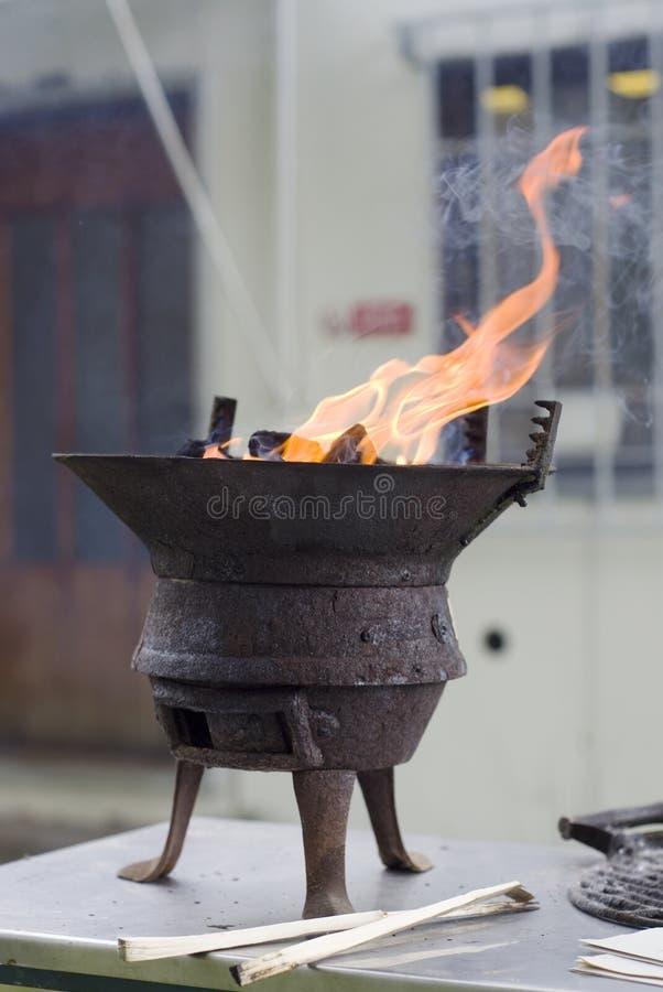 Старый гриль с огнем стоковое фото