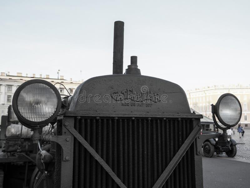 Старый гусеничный трактор Винтаж Россия Санкт-Петербург Лето 2017 Редкий collectible автомобиль стоковая фотография