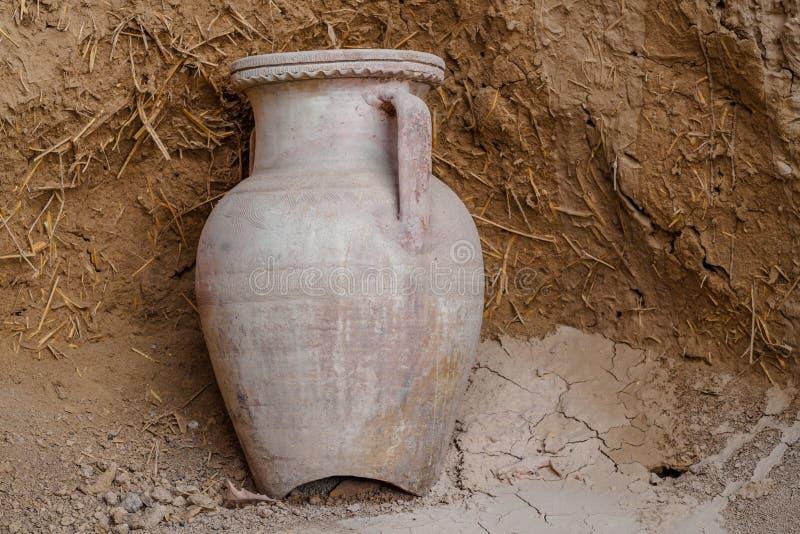 Старый глиняный горшок стоковое изображение