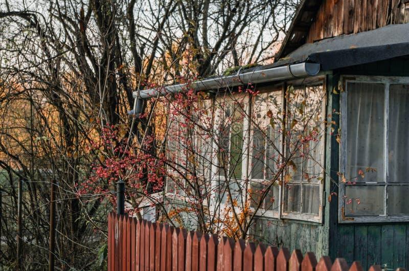 Старый деревенский вход веранды дома к винтажному дому с красной древесиной стоковое изображение rf