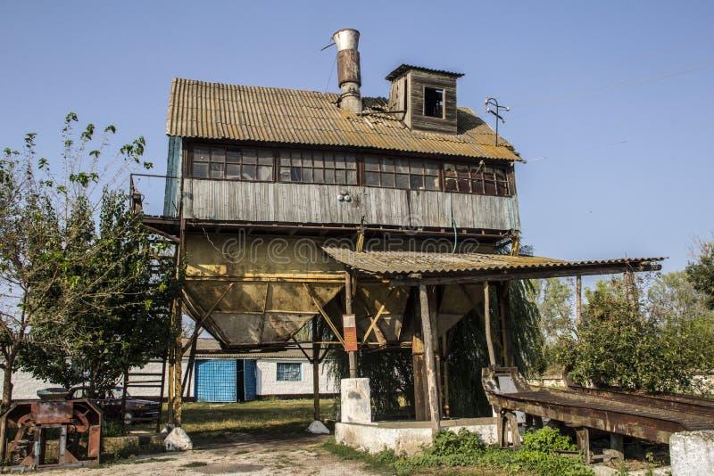 Старый деревенский лифт зерна для молоть стоковое изображение rf