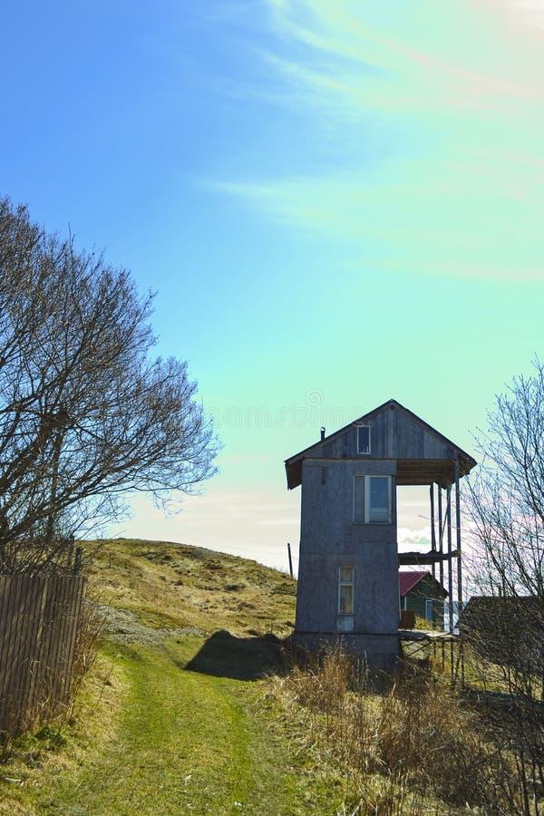 Старый деревянный дом на холме r стоковое изображение rf
