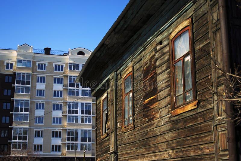Старый деревянный дом с желтой отделкой стоковое изображение rf