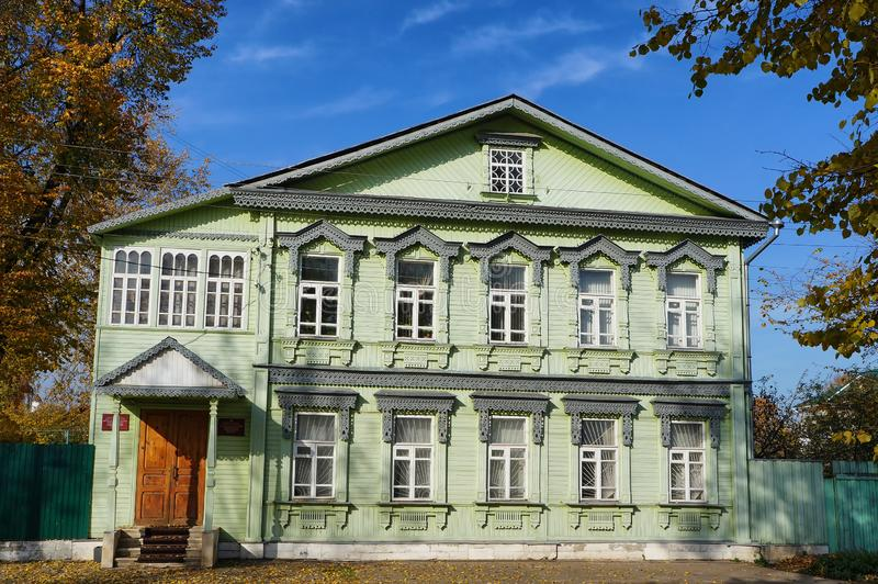 Старый деревянный конец дома XIX века с традиционными высекаенными деталями в историческом центре города Tver стоковая фотография rf