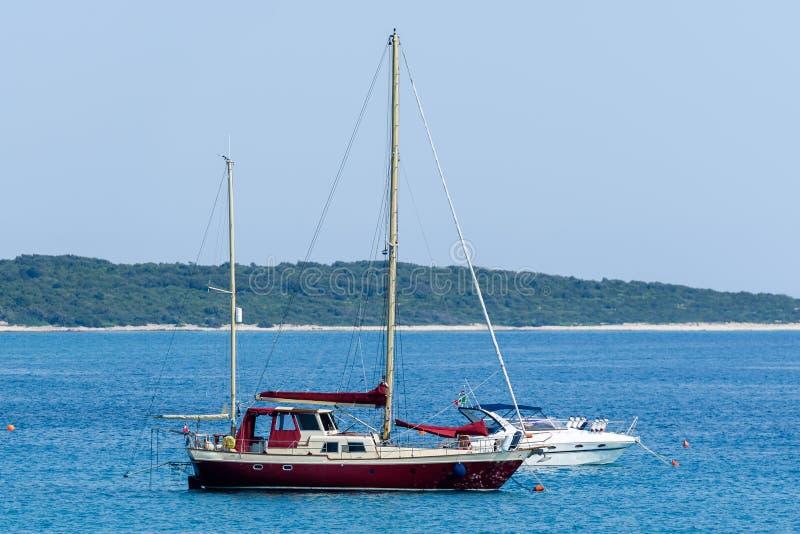 Старый деревянный корабль парусника причален в штиле на море стоковое изображение rf
