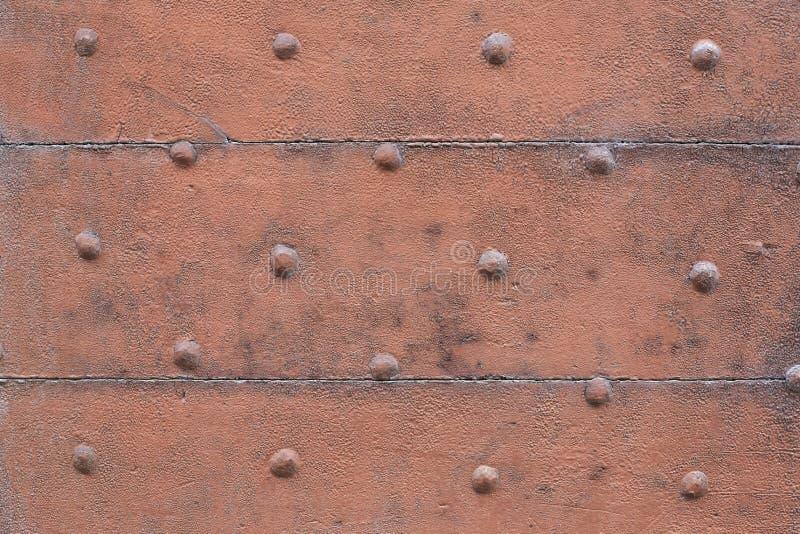 Старый деревянный, коричневый красить, дверь с предпосылкой текстуры ногтей стоковое изображение