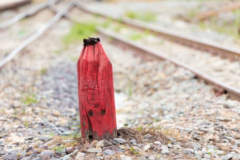 Старый деревянный красный штендер для предупреждения в железной дороге разделения стоковое фото rf