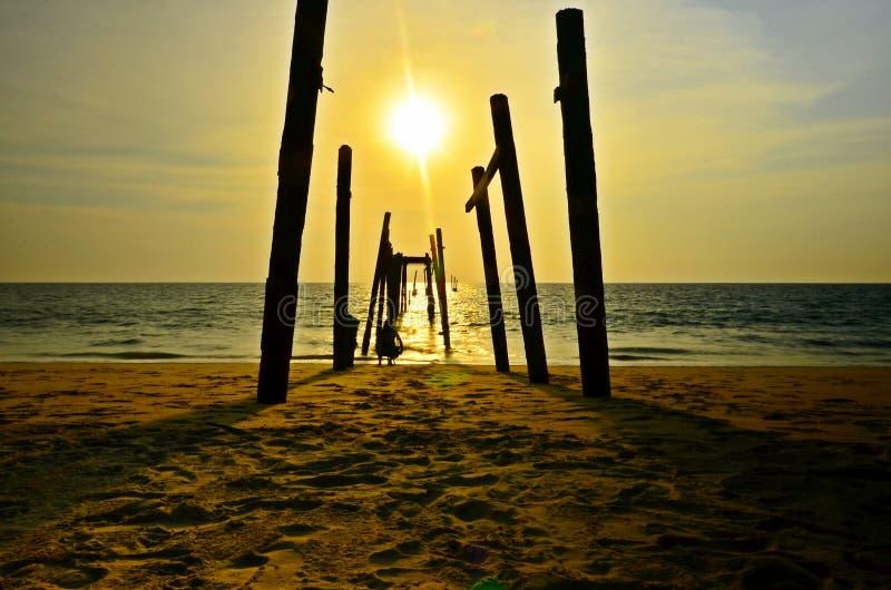 Старый деревянный мост и волна моря на пляже на закатном небе в Хао Пилай, Пангнга, Таиланд природный ландшафт стоковое изображение