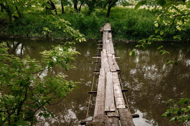 Старый деревянный мост, деревянный мост через небольшое реку, мост с природой стоковое изображение rf