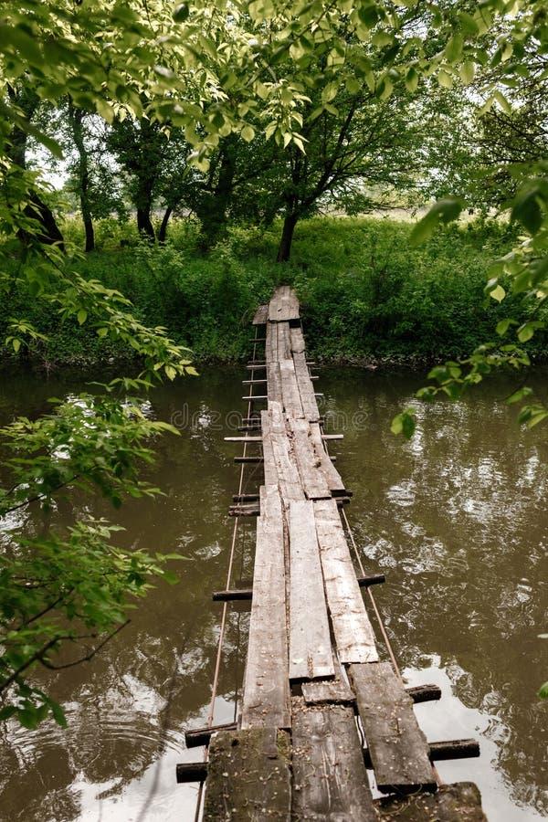 Старый деревянный мост, деревянный мост через небольшое реку, мост с природой деревянный мост через реку стоковые изображения