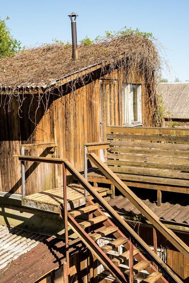 Старый деревянный покинутый экстерьер дома с лестницами стоковое фото