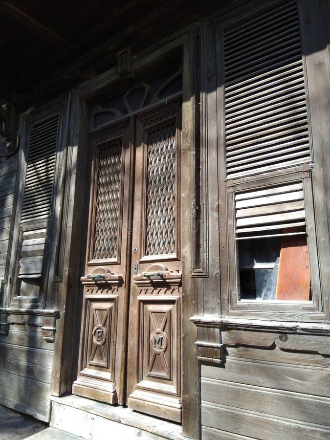 Старый деревянный получившийся отказ конец дома вверх с много декоративных деталей стоковое фото