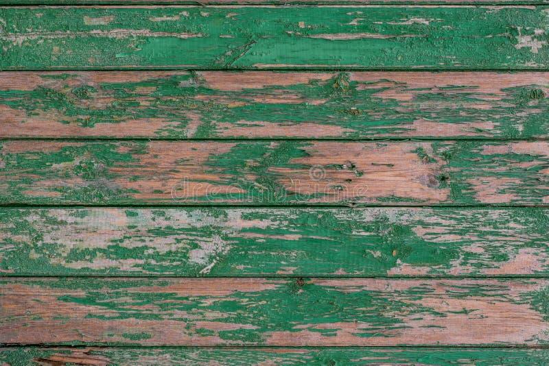 Старый деревянный состоять из предпосылки изнашивал текстурированные доски, покрашенные с зеленой краской, которая слезла  стоковое фото rf
