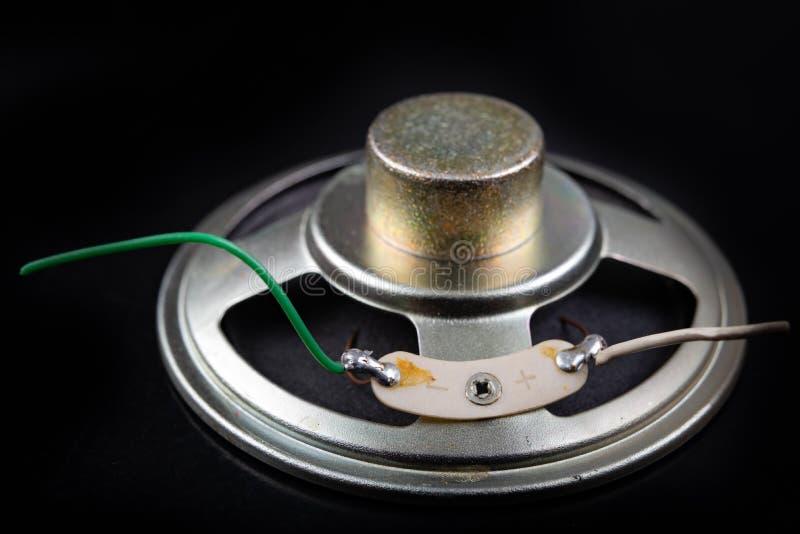 Старый диктор, который извлекли из радио Электроника от старых электронных устройств стоковые фото