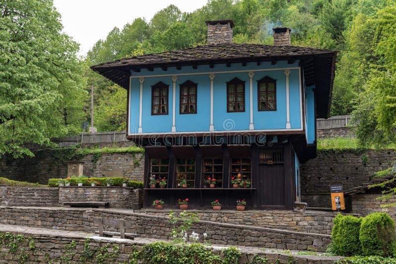 """Старый дом в архитектурноакустическом этнографическом комплексе """"Etar """", первое один из этого типа внутри bulbed стоковая фотография rf"""