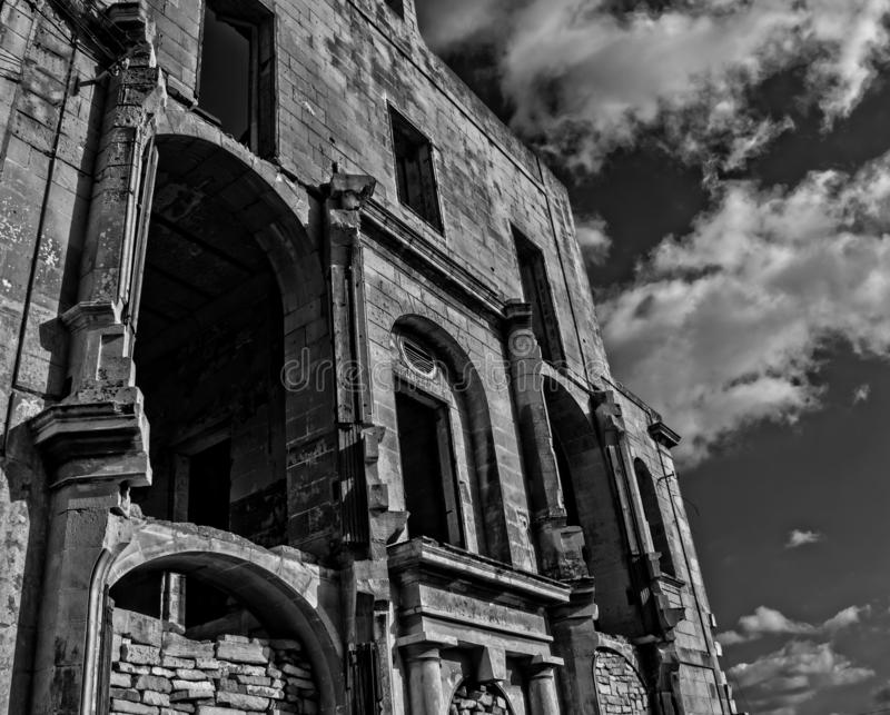 Старый дом в руинах в черно-белом стоковая фотография
