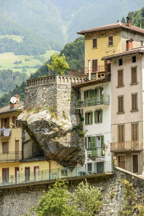 Старый дом на консольном утесе, Dezzo di Scalve, Италии стоковые фото
