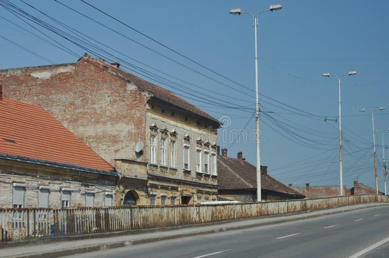 Старый дом около моста стоковые фотографии rf