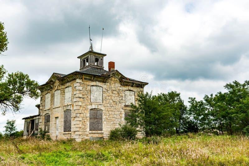 Старый дом подробный отчёт в поле стоковые изображения rf