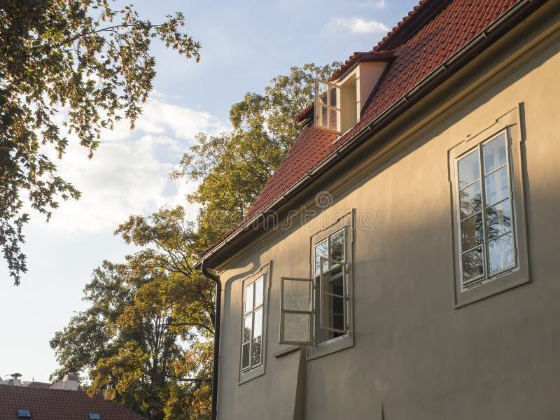 Старый дом Праги барочный на Kampa с открытым окном в золотых свете часа, деревьях и предпосылке неба стоковая фотография rf