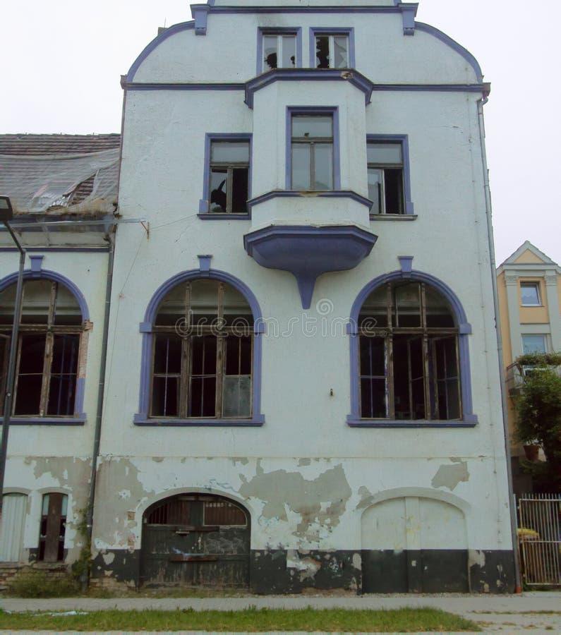 Старый дом со сломленным Windows в процессе восстановления стоковое фото