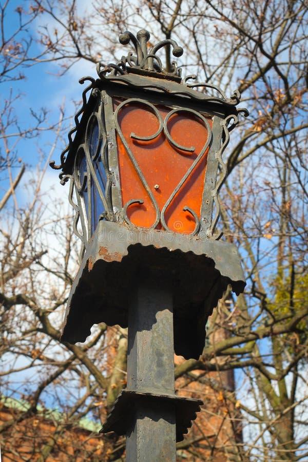 Старый европейский фонарик Варшава, столица городка Польши известная старая во время неба солнечной предпосылки летнего дня голуб стоковое фото