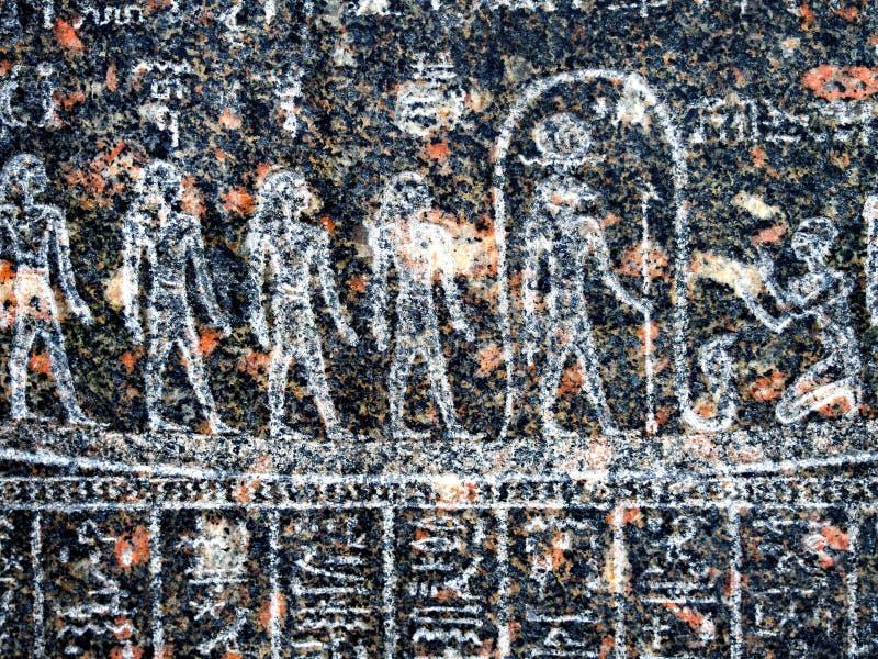 Старый египетский иероглиф высекаенный в черном камне стоковые изображения