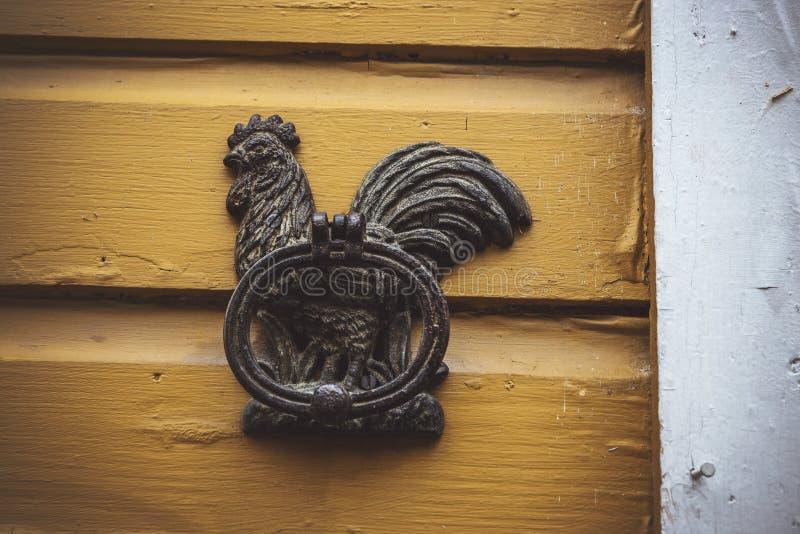старый железный knocker двери цыпленка в Porvoo стоковые фотографии rf