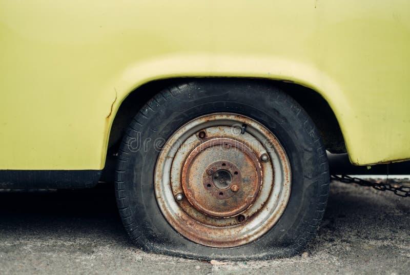 Старый желтый ретро автомобиль стоковая фотография