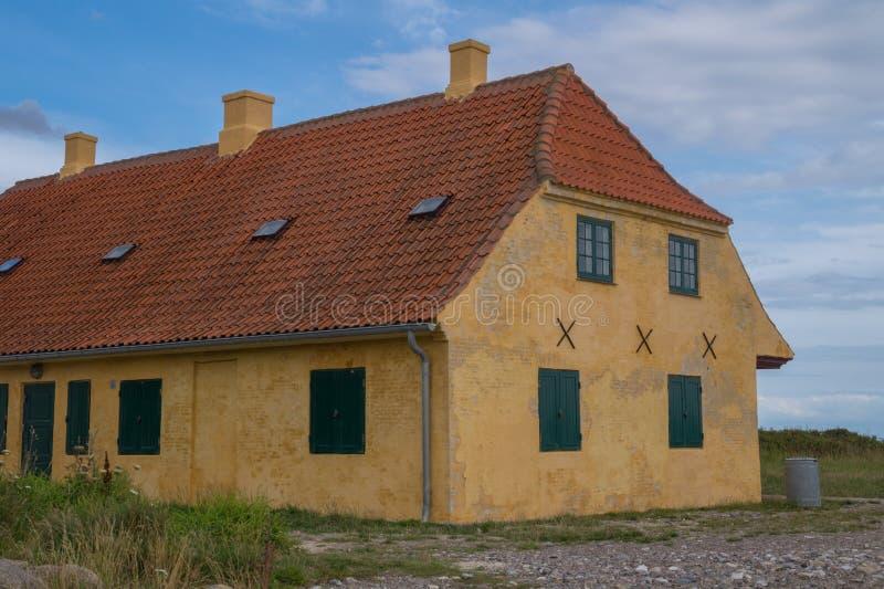 Старый желтый дом с крыть черепицей черепицей крышей стоковое изображение rf