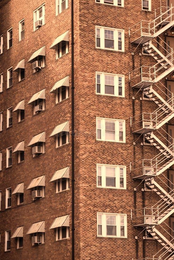 Старый жилищный комплекс кирпича в городском Wichita, Канзасе стоковые изображения rf