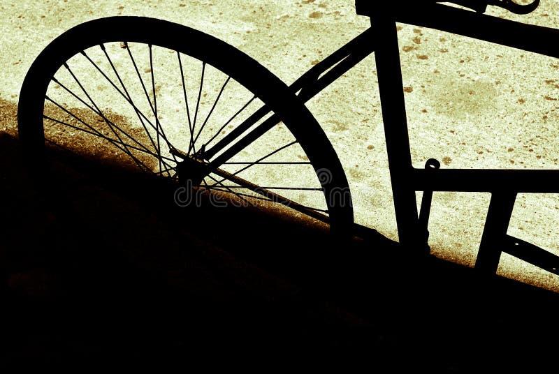 Старый забытый велосипед припаркованный и стоковые фотографии rf