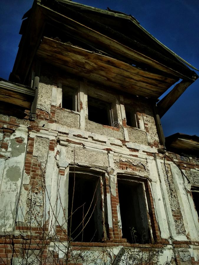 Старый загубленный дом кирпича стоковая фотография