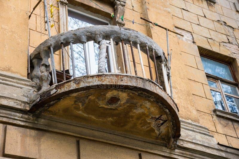 Старый загубленный балкон с веревочкой и зажимками для белья Rostov On Don, Россия стоковое фото rf